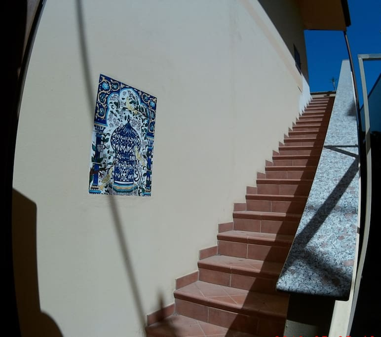 Stairway to balcony and entrance. Scale all'ingresso.