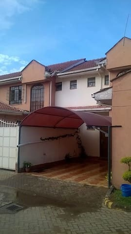Private Room in Beautiful Townhouse - Nairobi - Appartement