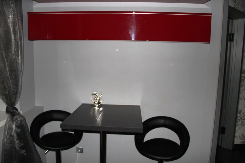 Кухня стол с двумя кожаными стульями