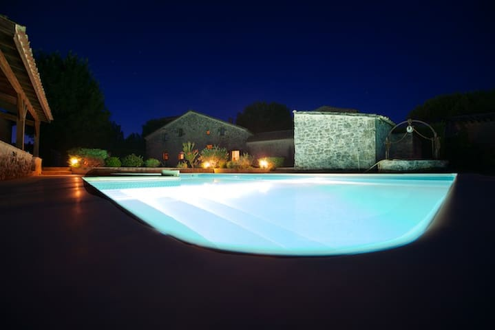 Maison, jardin et piscine privée au soleil, calme