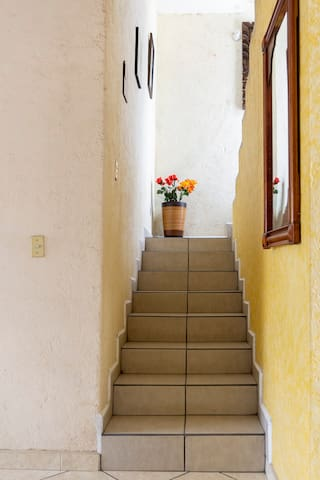 Tu recámara  a unos pasos de la escalera.