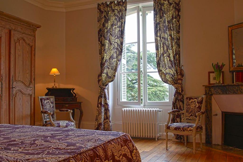 une chambre double avec en suite s de bain et vue sur la forteresse
