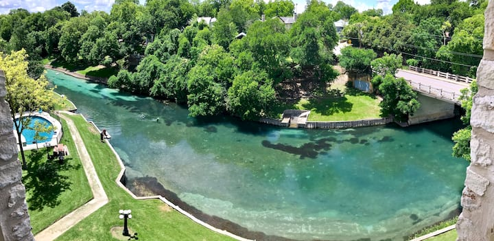 Comal River Retreat | WiFi | Sleeps 6 | Pool
