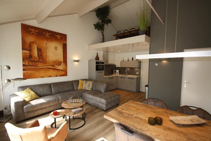 Mooie gerenoveerde luxe bungalow met zonnige tuin.