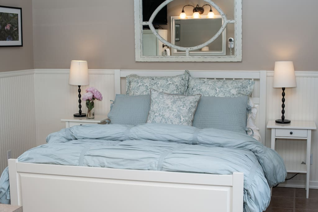 The Sea Breeze Cottage  Queen bed.