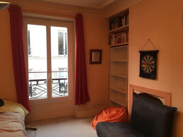Chambre aux Abbesses, Montmartre