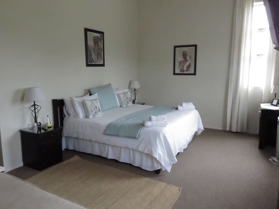 Bedroom with either twin or king bed, en-suite bathroom