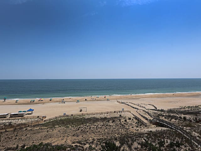I705: 2BR+den Sea Colony oceanfront condo! Private beach, pools, tennis ...