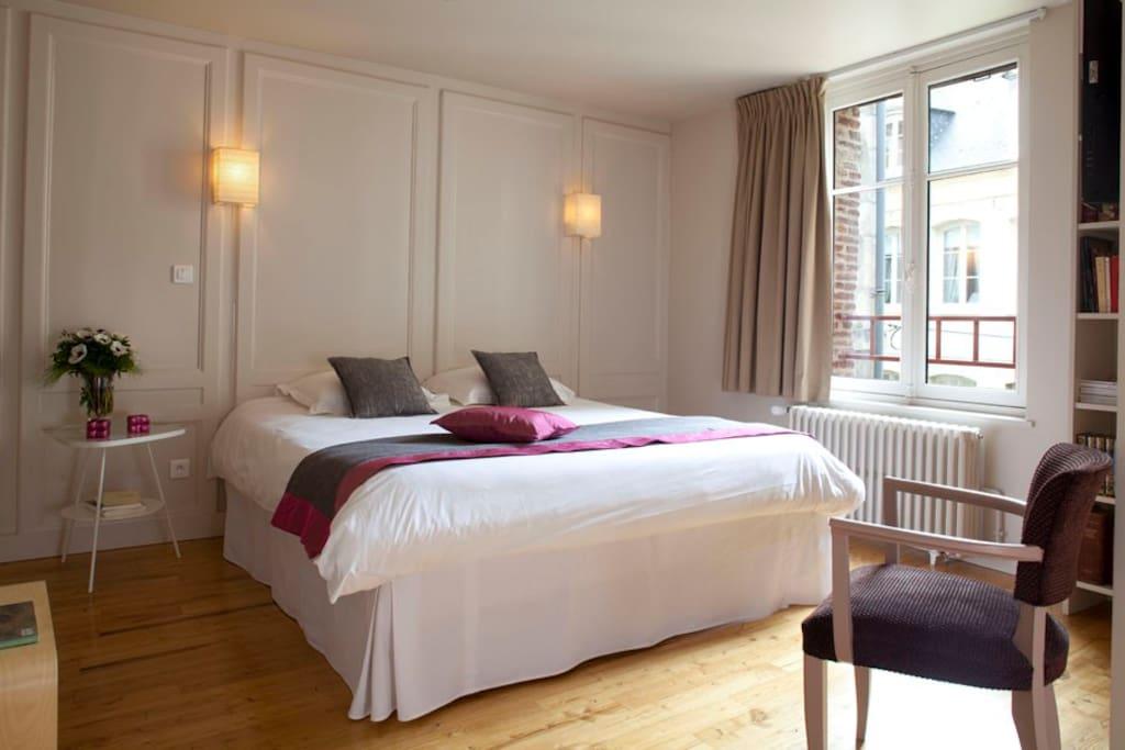 Chambre spacieuse avec lit très confortable ! 180X200