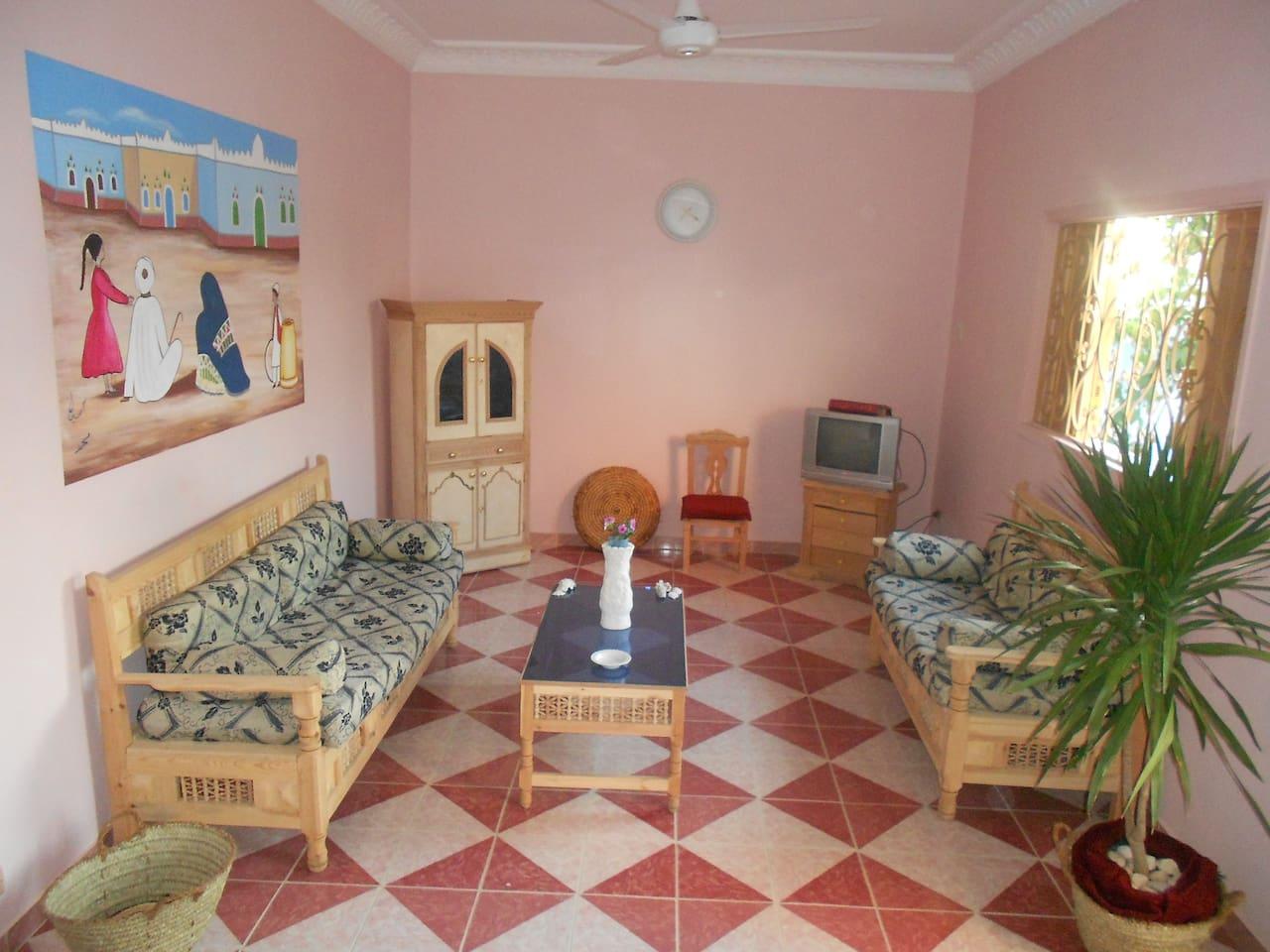 ROSE FLAT LIVING ROOM - GROUND FLOOR WITH GARDEN