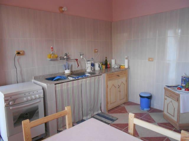 ROSE FLAT KITCHEN - GROUND FLOOR WITH GARDEN