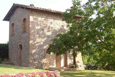 Casa indipendente tra le verdi colline senesi - Sovicille