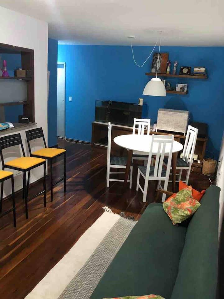 Quarto em apartamento com excelente localização!
