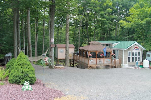Quaint Cottage with modern amenities Lake and Pool