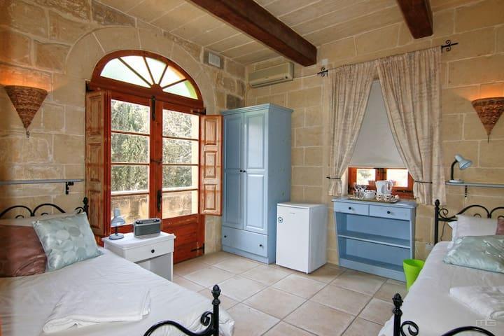Lisa's Farmhouse,' Blue Room', Kercem, Gozo,Malta - Ta' Kerċem - Bed & Breakfast