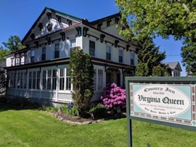 The Virginia Queen - A  Catskill Country Inn