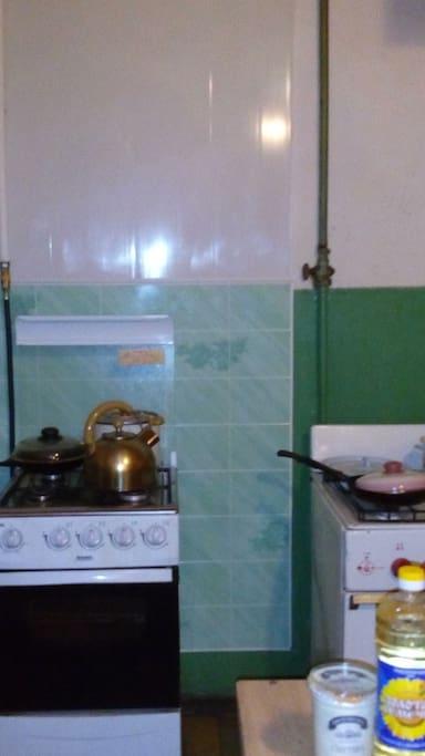 Кухня комфортная и свободная,.. но возможно, вам будет достаточно и микроволновки в комнате, т.к. город интересен своими кофейнями и доступными кафе!))