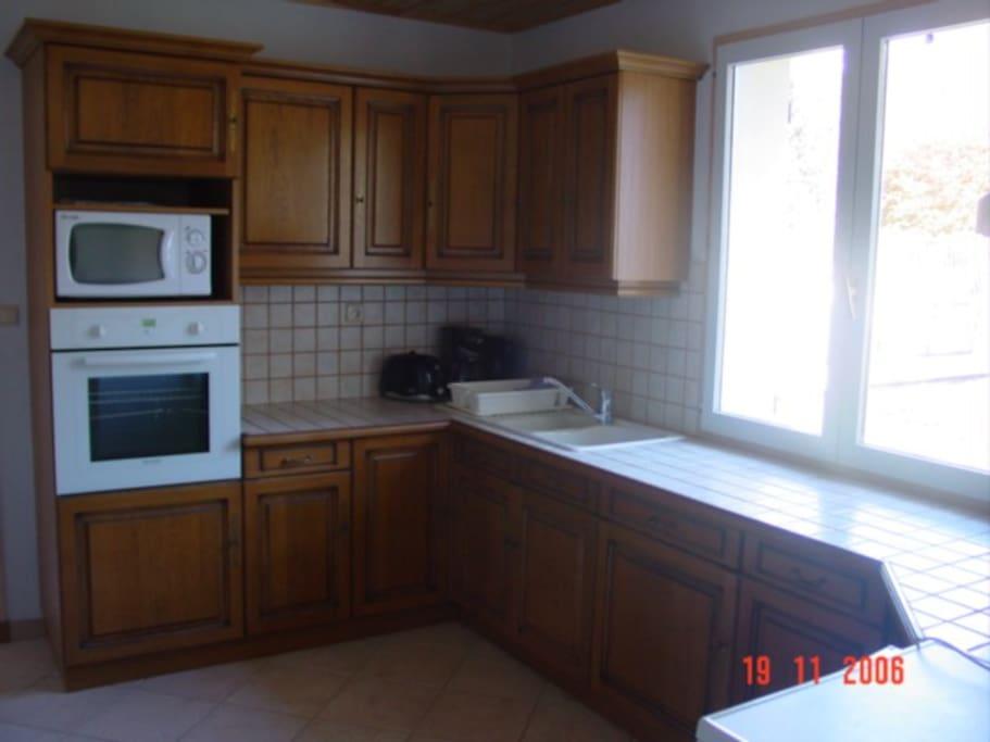 cuisine équipée, four, micro-onde, lave-vaisselle, lave-linge, frigo avec partie congélation etc...