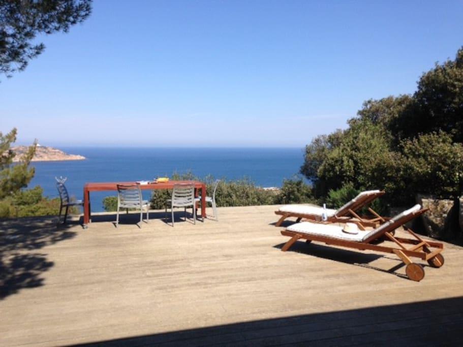 Immense terrasse face à la mer, entre soleil et ombre des pins