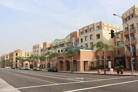 Awesome Condo in the Heart of Alhambra - Alhambra - Appartement
