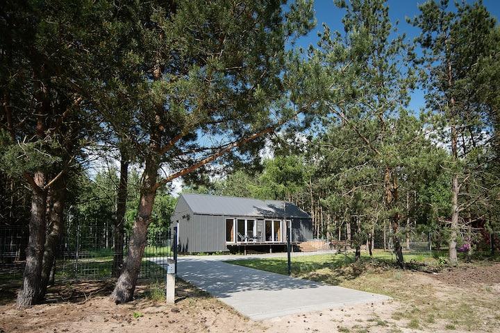Naturalny dom ze słomy i gliny z banią ruską.