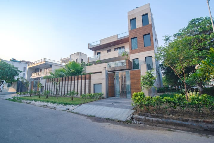 Luxury 3 BHK Service Apartment (Sohna Road)