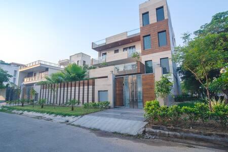 Luxury 3 BHK Service Apartment (Sohna Road)