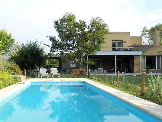 Great house with swimming pool and lovely garden - Ingeniero Maschwitz - Huis