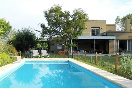 Great house with swimming pool and lovely garden - Ingeniero Maschwitz - บ้าน
