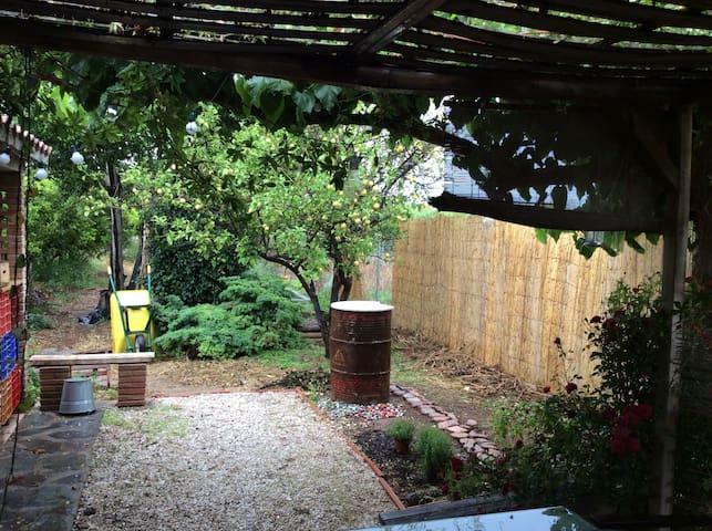 Acampa con dos tiendas en mi jardín. Max 6 pax