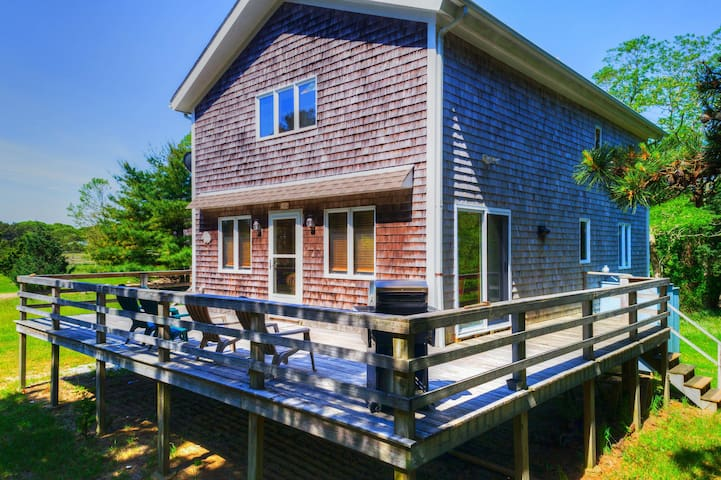 Secluded island cottage w/large deck, wood stove & cozy vibe