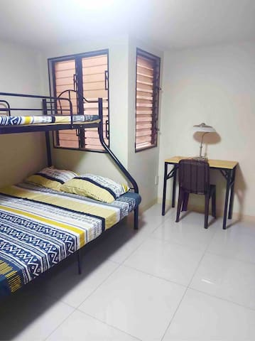 Relaxing bedroom with free wifi fiber 25mbps