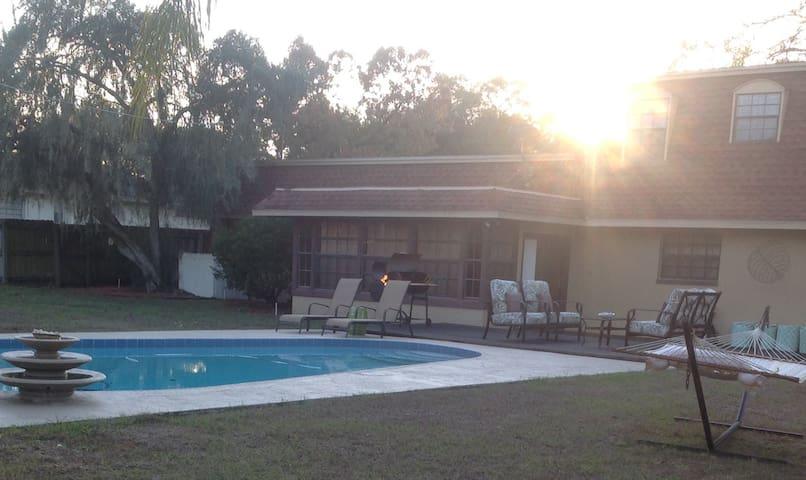 Beautiful, big home with a pool! - Brandon - Haus