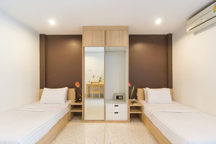 24HRS Front desk with Clean Twin room in Siam