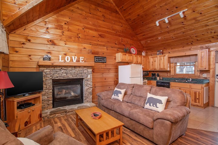 Cozy Cabin for 2 ♥ Hot Tub|Fireplace|5 min-Parkway
