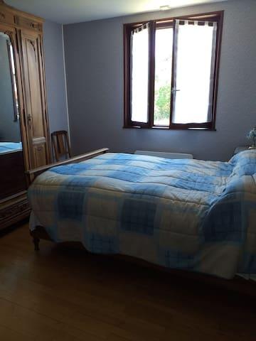 Chambre lit double avec 2 placards de rangement.