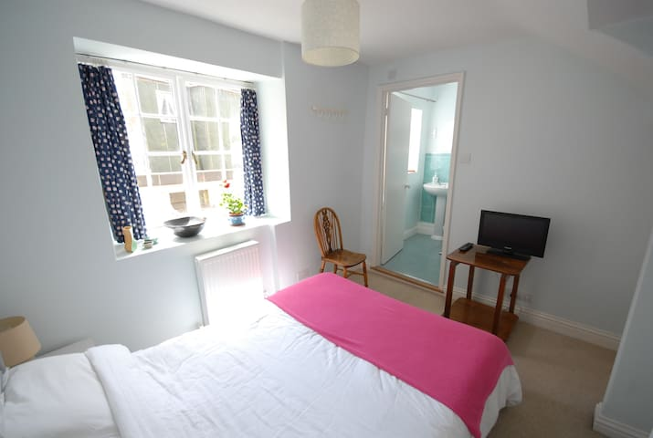 Bright ensuite double in the heart of Lyme Regis - Lyme Regis - House
