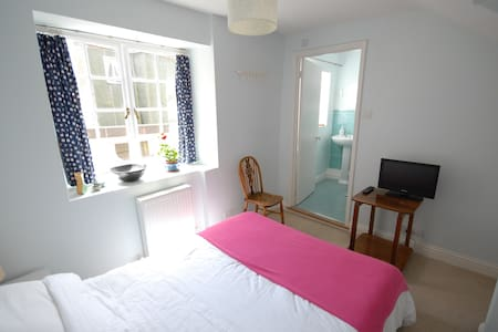 Bright ensuite double in the heart of Lyme Regis - Casa
