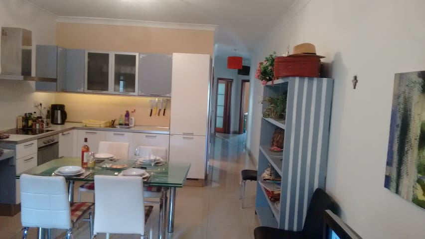 Single Room in Spacious 3 bed  apartment