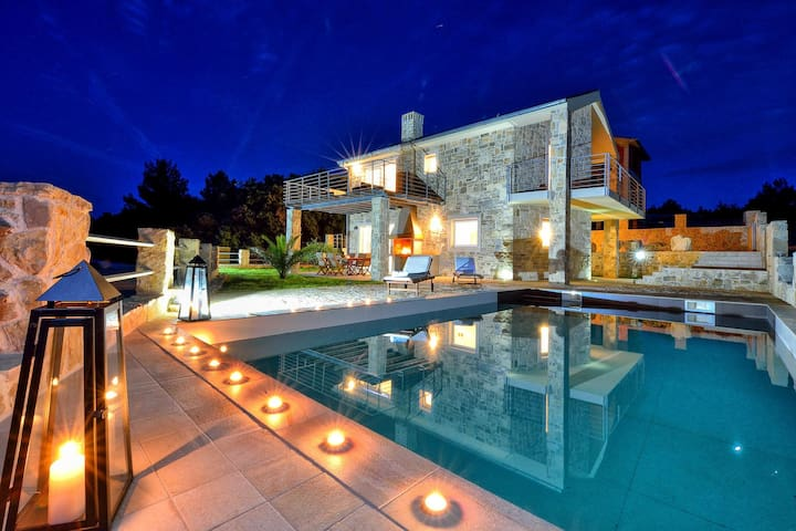 AMAZING VILLA ELE, ONLY 1 m FROM THE SEA