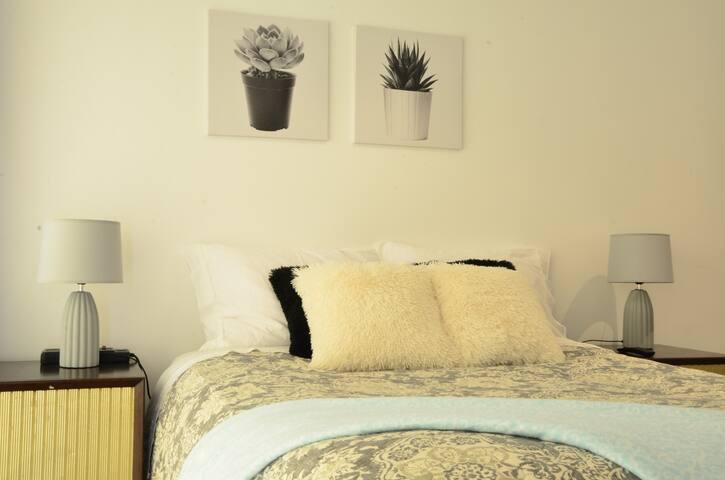 Disfruta de un merecido descanso en la cama de dos plazas con un colchón de resortes importado y Box Spring.