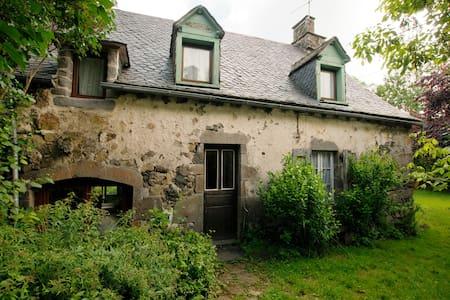 Picturesque ancient farmhouse - Anglards-de-Salers - House