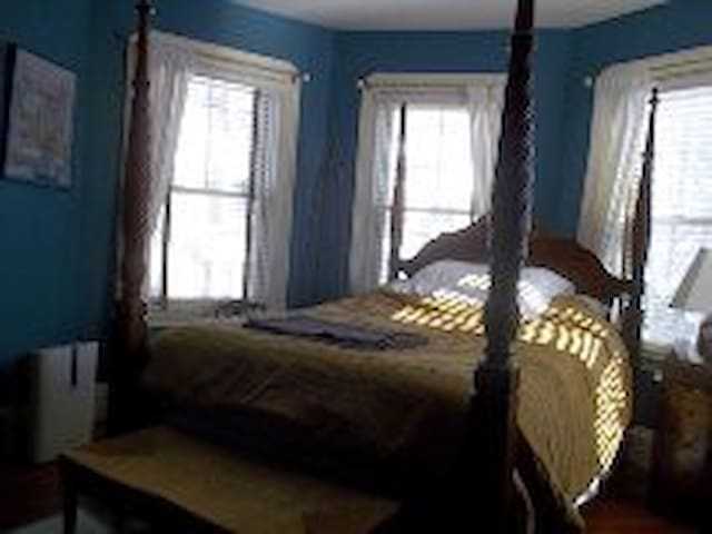 Queen Size Four Poster Bed - Boston - Bed & Breakfast
