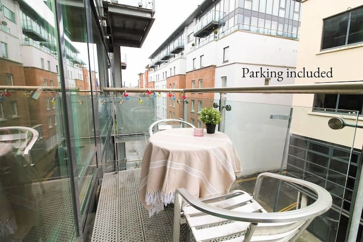 City Centre Bright & Quiet Apt with Balcony & Pkg