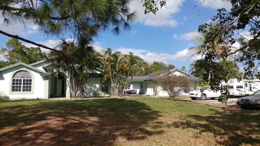 Large Guesthouse On Active Horse Farm 2/1 Sleeps 8 - West Palm Beach - Hus