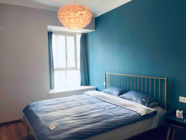 孔雀蓝的背景,灰色的墙,配上白色的羽毛灯,静谧不失浪漫!即使出行在外,也不能缺失了仪式感!(屋里有美的空调,床上纯棉四件套、羽绒被、羽绒枕,舒适的床垫加棉絮,让你有个休息的好环境)