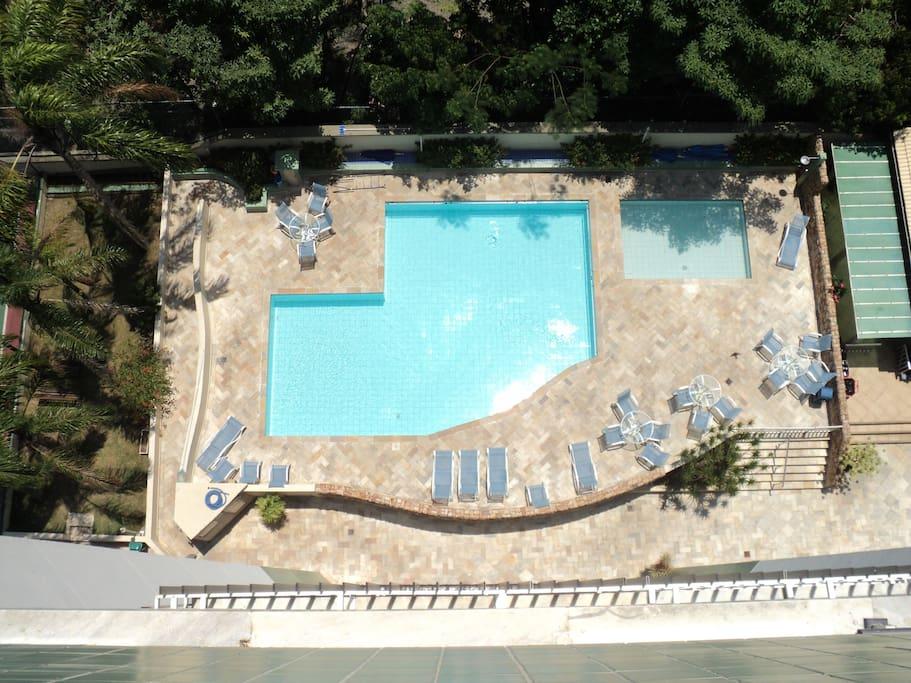 visão da piscina do prédio