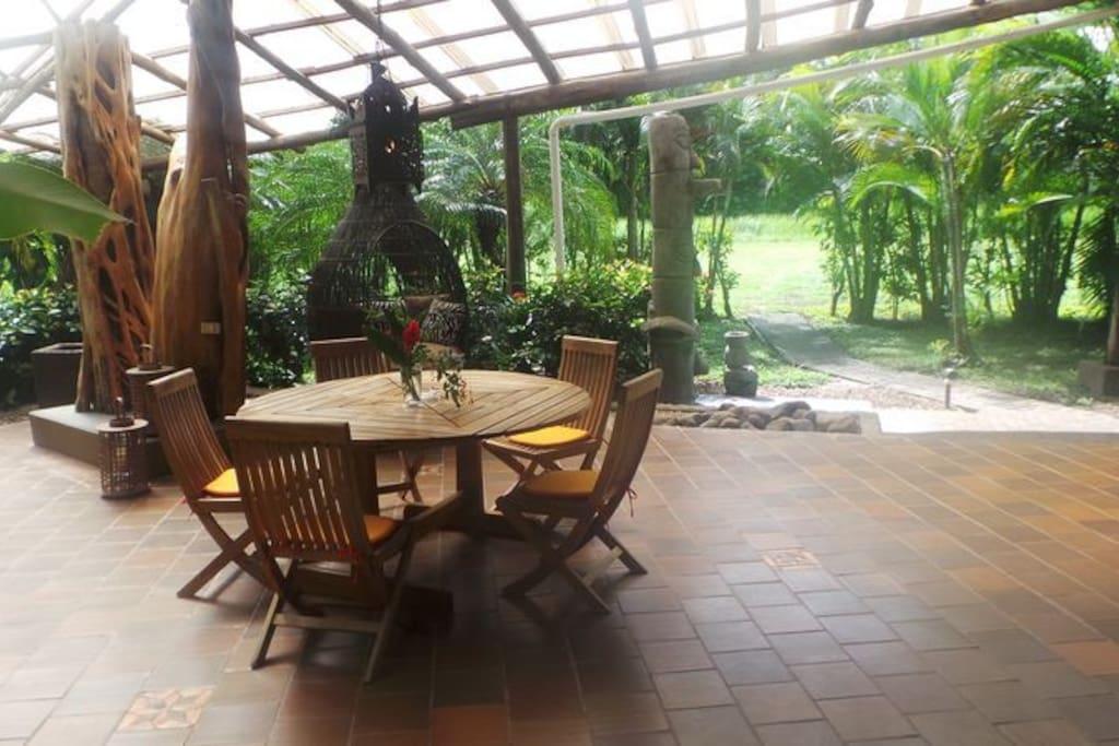 Grosse Terrasse mit gemütlichen Möbeln und mit Gas BBQ.
