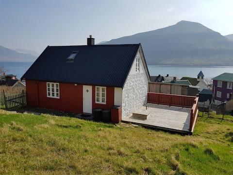 Cozy house, with ocean view, in Oyndarfjørður.