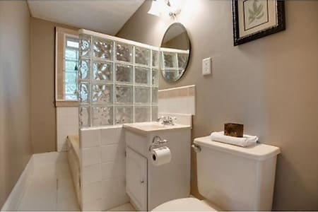Private room + bath, cozy & clean! - Minneapolis - House